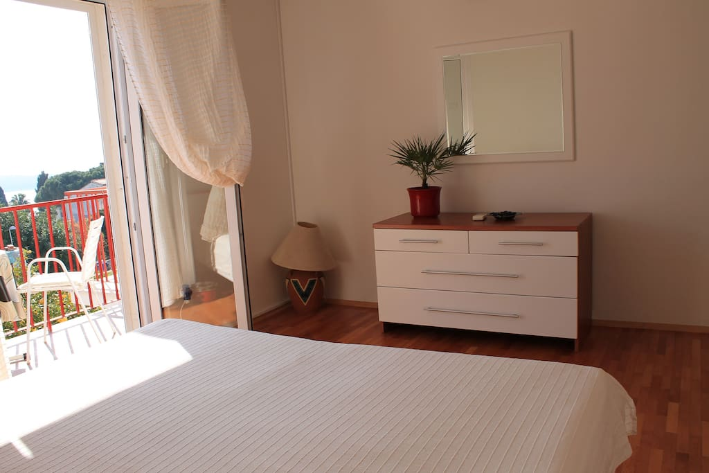 Sunny & simply designed double bed room