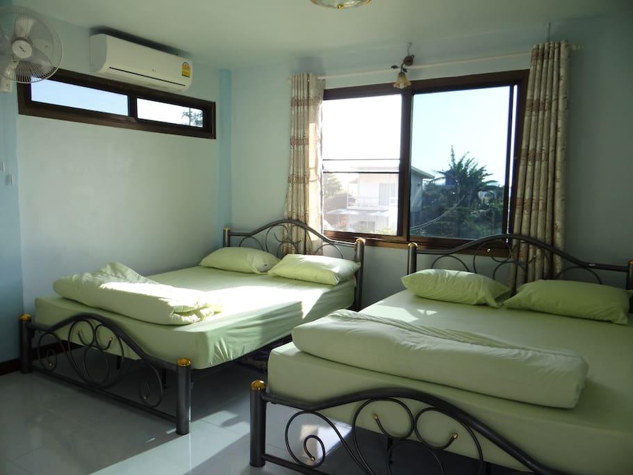 2 เตียงดับเบิล พักได้ 4-6 ท่าน (เสริมที่นอนปูพื้นได้)