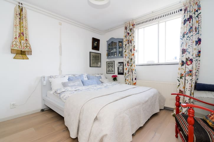Lovely sunny bedroom for 2 with king bed in east - Amsterdam - Lägenhet