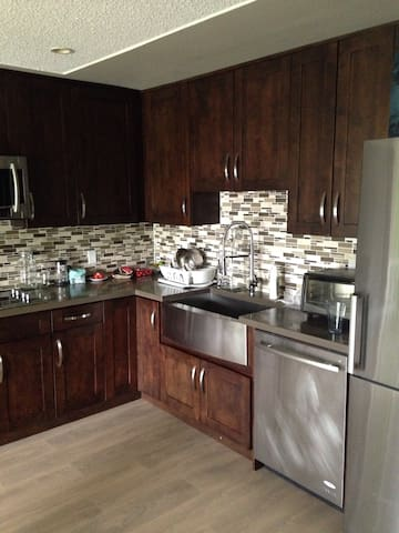 Modern two bedroom, Clean house 20min to downtown - Burnaby - House