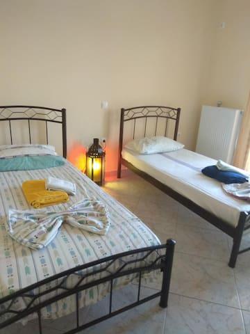 2 η κρεβατοκάμαρα με δύο μονά κρεβάτια