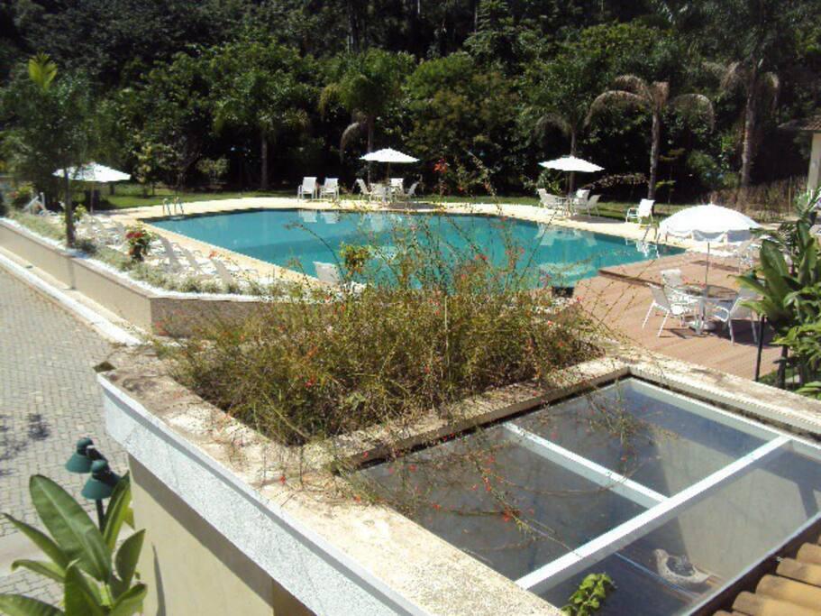 Vista da piscina do condomínio tirada da suite