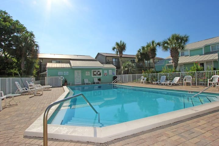 Private Beach Access * Free Parking * Heated Pool
