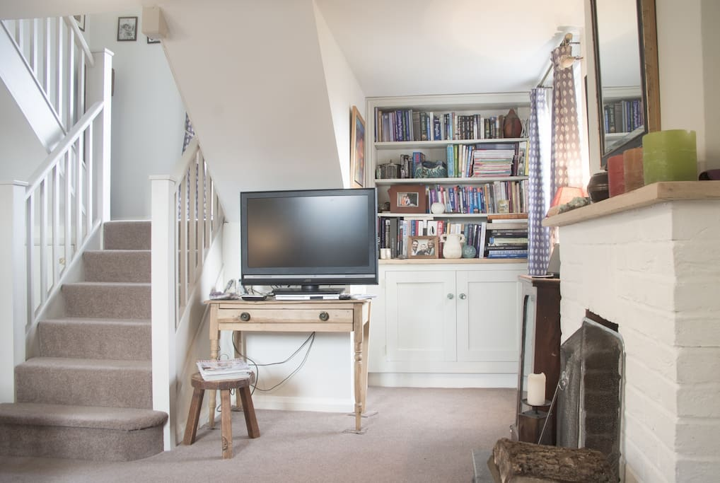 Good size TV with a DVD player and freeview. Lots of travel books, cookery books, local maps and magazines.