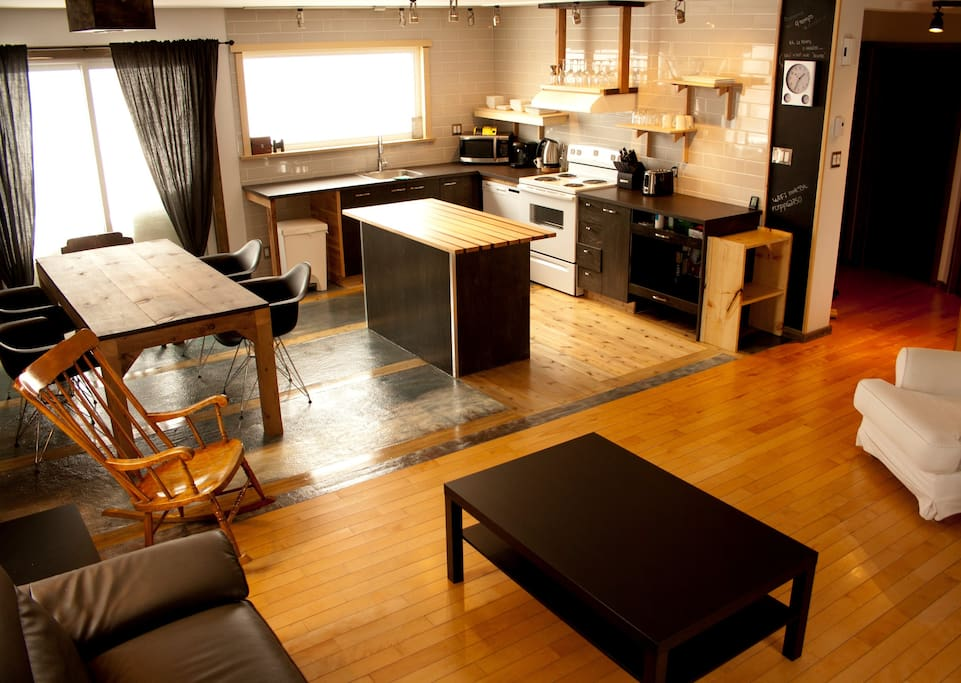 Cuisine et salle à manger avec vue sur le fleuve