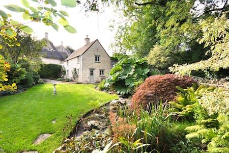 Stunning 300 year old cottage. Beautiful garden - Winson