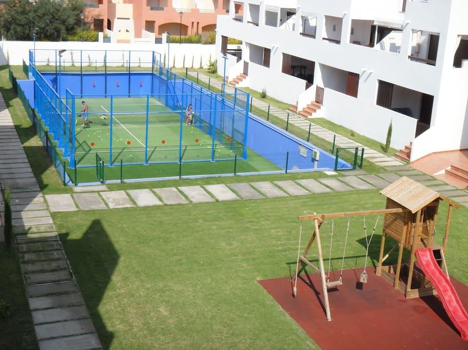 Pista de padel y zona de juegos para niños