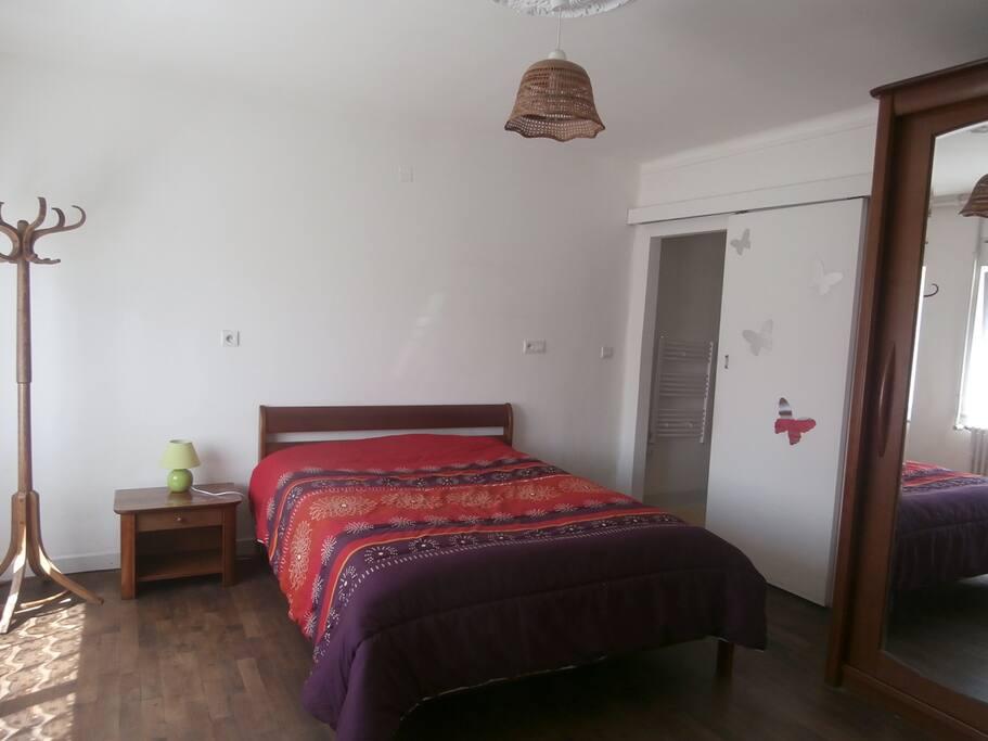 chambre à coucher équipée d'une armoire et d'un bureau.
