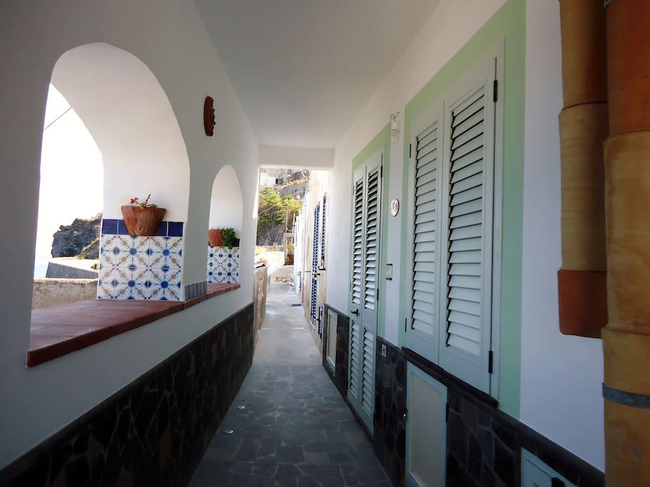 Vialetto comunale,  con ingresso all'appartamento
