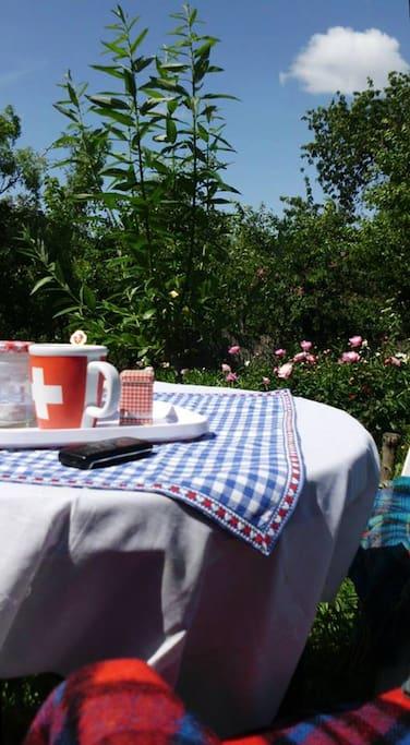 Kellemes üldögélés a kertben, egy kávé mellett.