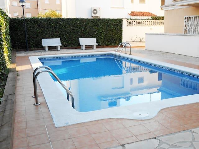 Lovely apt en la playa con piscina. - El Vendrell - Apartamento