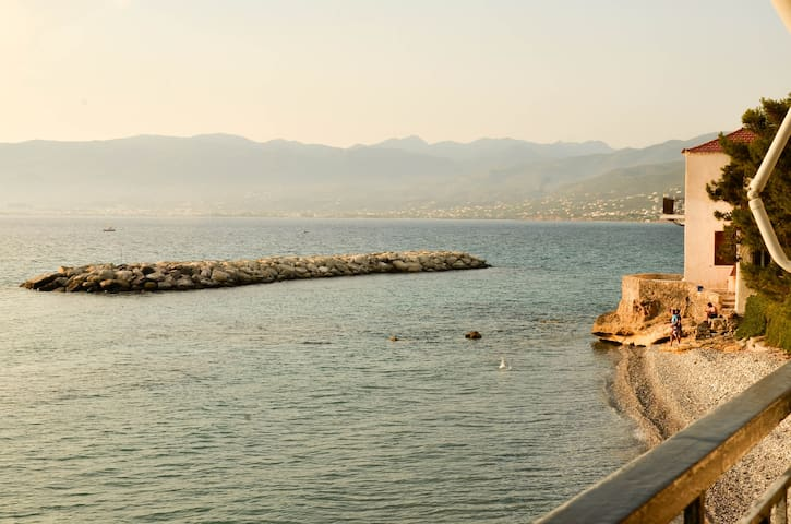 Jump from our balcony directly to the sea - Kalamata - House