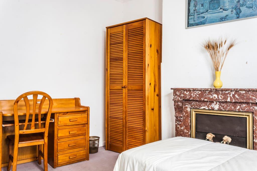 El dormitorio cuenta con escritorio, lámparas de lectura y dos armarios.