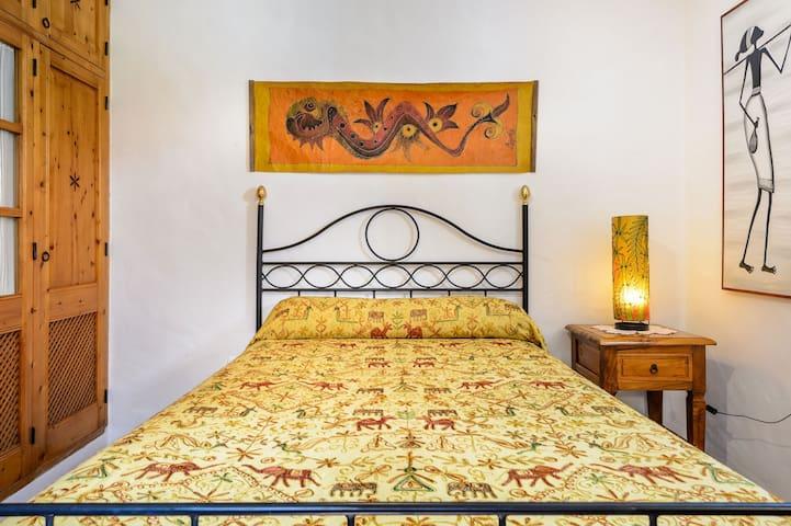 dormitorio en planta baja con cama de matrimonio. ventilador de techo.