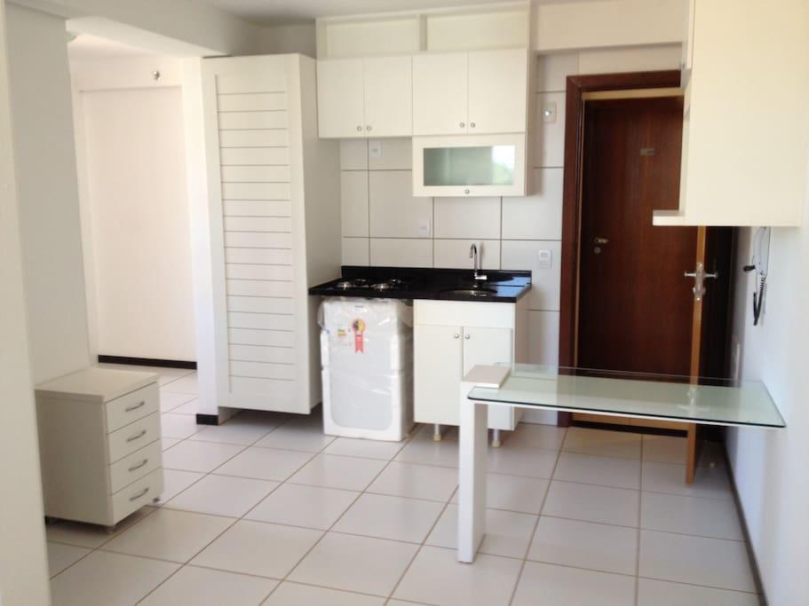 cozinha completa, fogao 4 bocas, microondas, com frigobar e opção de geladeira 2 portas.