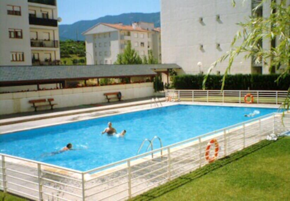 Jaca c ntrico y con piscina apartamentos en alquiler en for Apartamentos en madrid con piscina