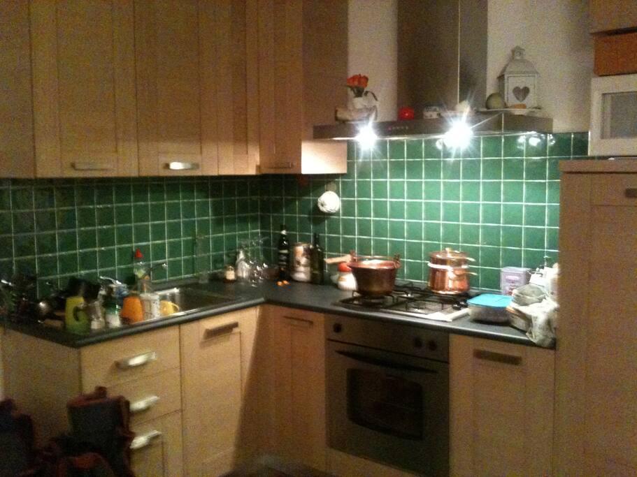 la cucina è dotata sia di forno elettrico sia di microonde