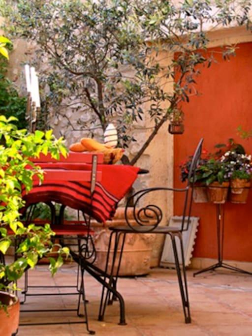 Terrasse  à la saison chaude et petit déjeuner compris