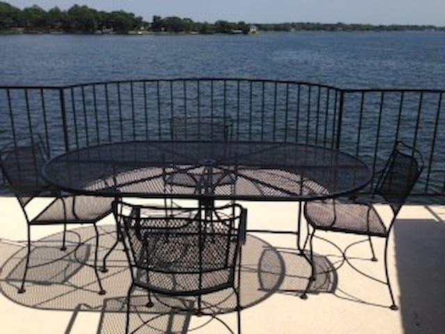 Beautiful Lake Views- Two bedroom - Willis - Apartamento