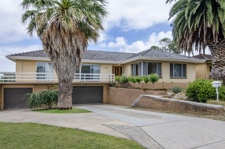 Self-contained four bedroom house - 9 Fairlie Street