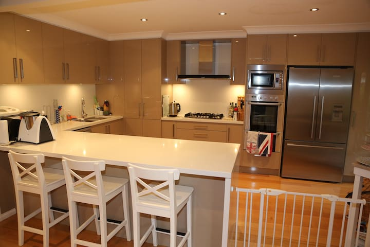 Spacious 3BR on Northern Beaches - Frenchs Forest - Dům