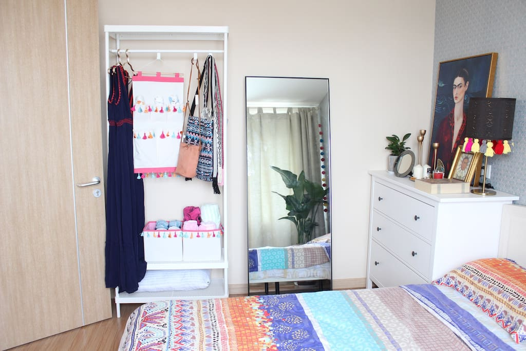镜子,挂饰,收纳盒里放有客用毛巾浴巾