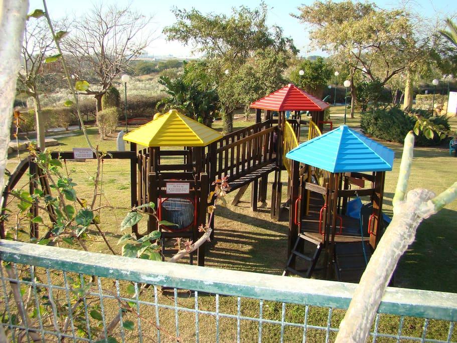 Jeux pour enfants, minigolf, au milieu d'espaces verts