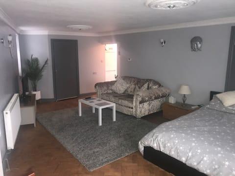 Clarence Studio. 1 cama , 1 banheira, pátio