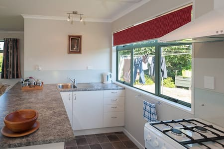 Self contained cottage, rural and mountain views. - Te Anau - Apartemen