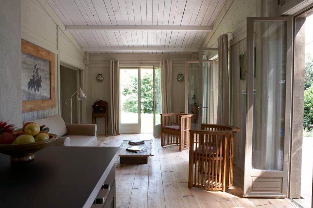 Sejour de la cabane vue de la cuisine de notre gite de charme dans la nature du parc régional des Alpilles.