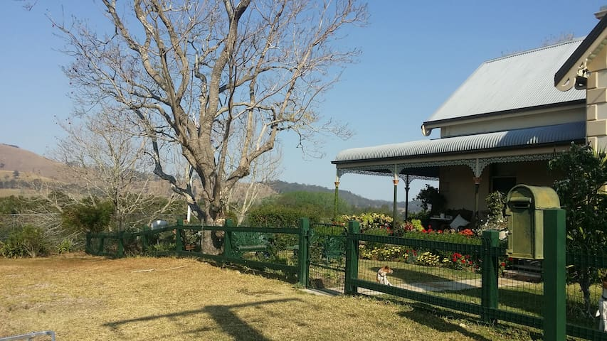 Mid-town cottage in Dungog