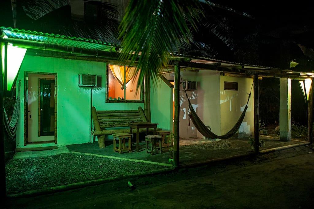 Habitación con cocina y refri integrada, aire acondicionado, baño privado