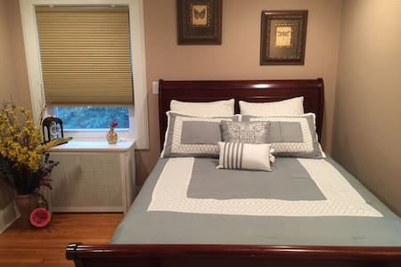 Hampton Room w/ Priv Bath Near NYC/EWR/OutletMall - Hillside - Casa