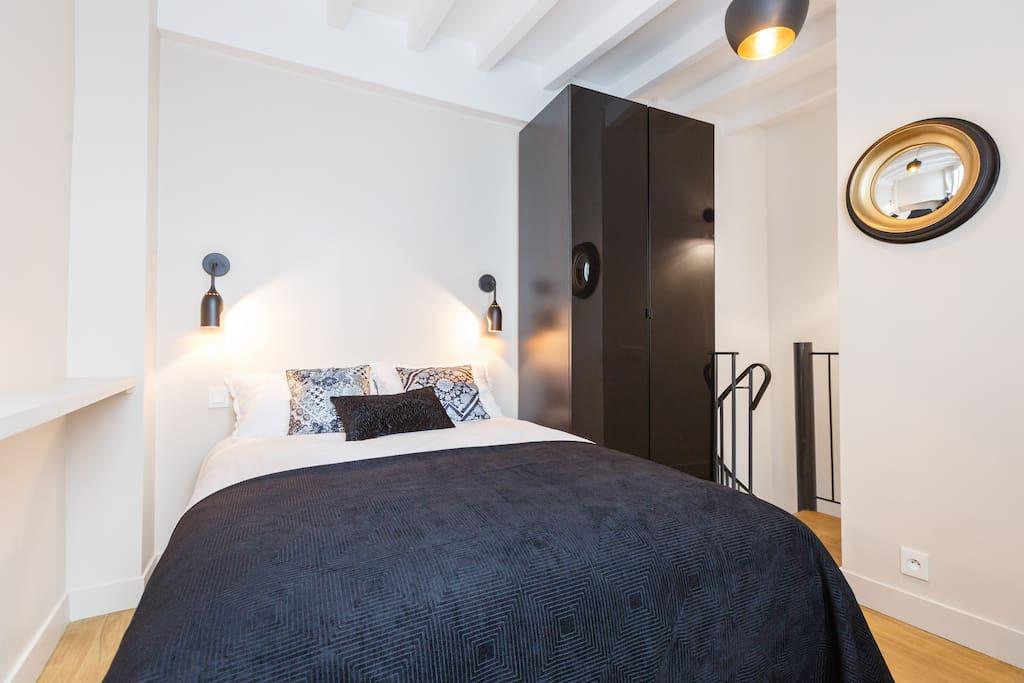 Votre lit avec sommier et matelas à ressort ainsi qu'un sur-matelas de confort