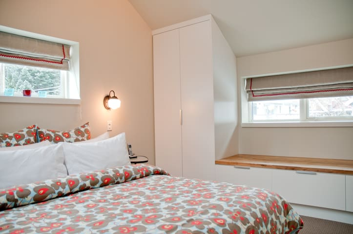 Bedroom 1 with queen bed and optional single bed.