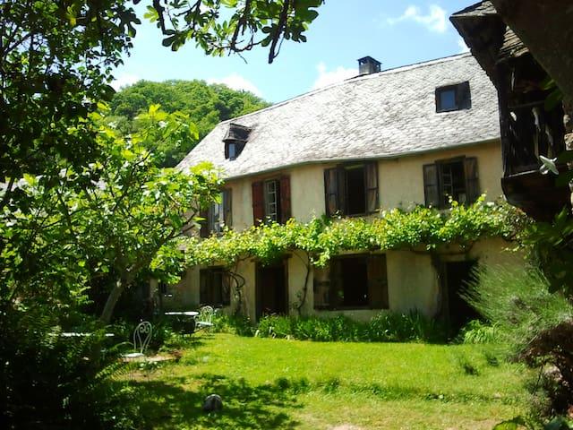 Aile d'une belle maison ancienne - Balaguères - House