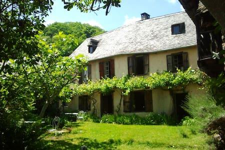 Aile d'une belle maison ancienne - Balaguères