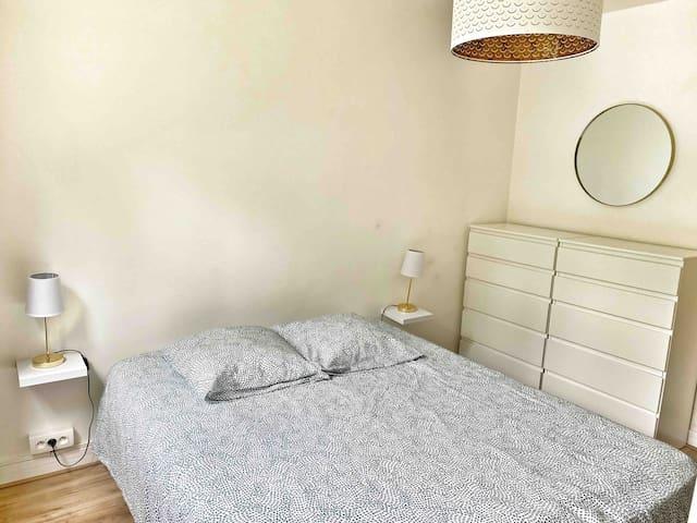 Chambre avec lit king size, lit bb et grand dressing