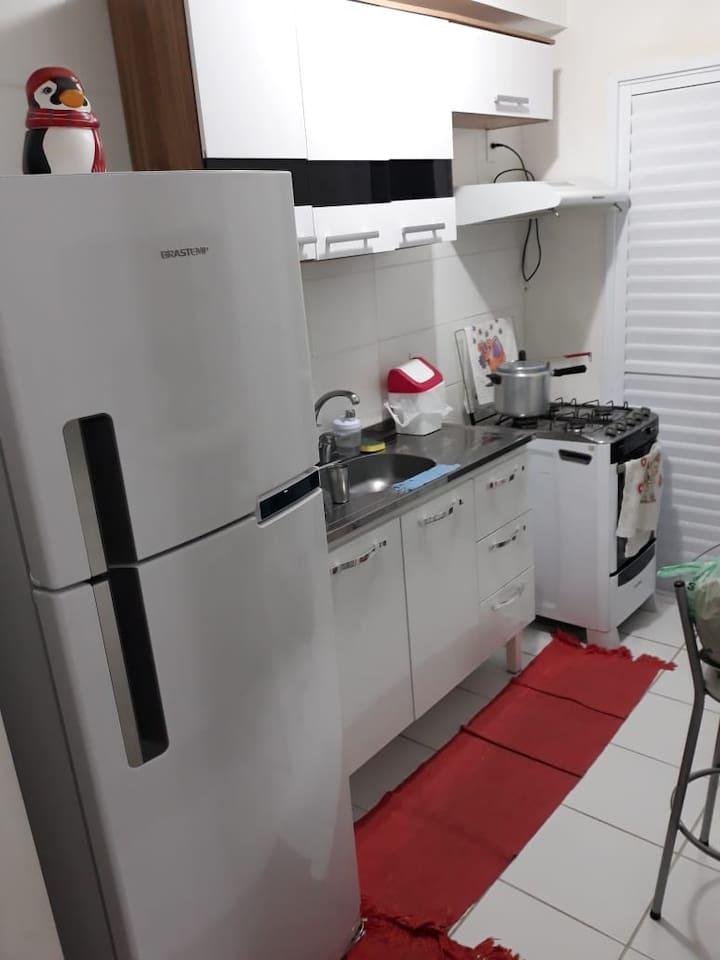 Cozinha ampla com balcão americano