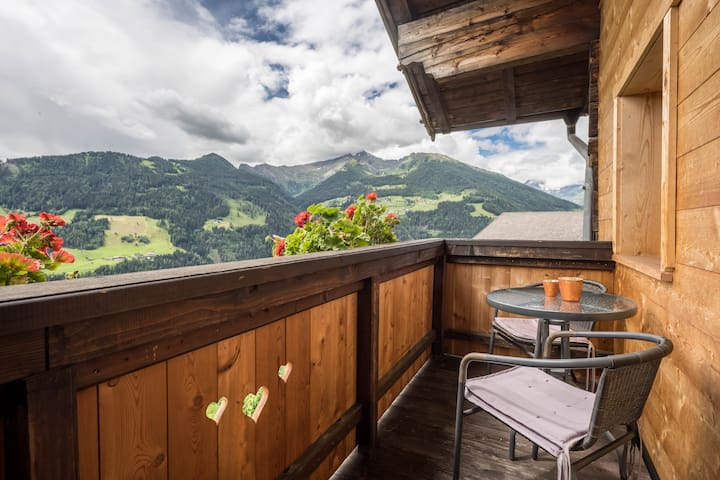Idyllic holiday apartment Hochwilde Jogglanderhof with balcony, wonderful view, WLAN and parking