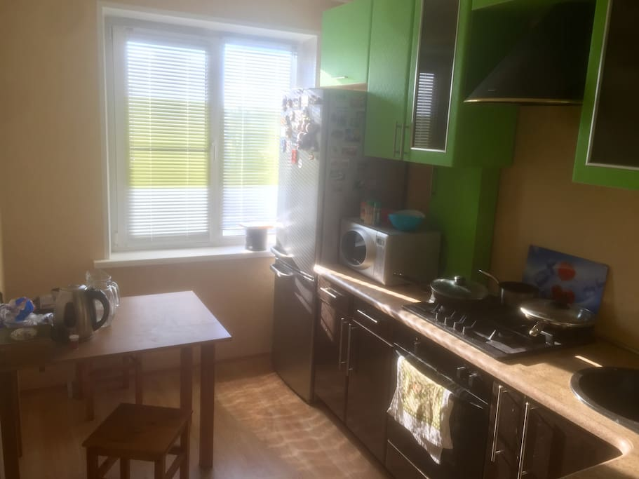 Кухня (Холодильник,микроволновка,чайник,тостер, телевизор, варочная газовая поверхность,духовой шкаф,вытяжка).