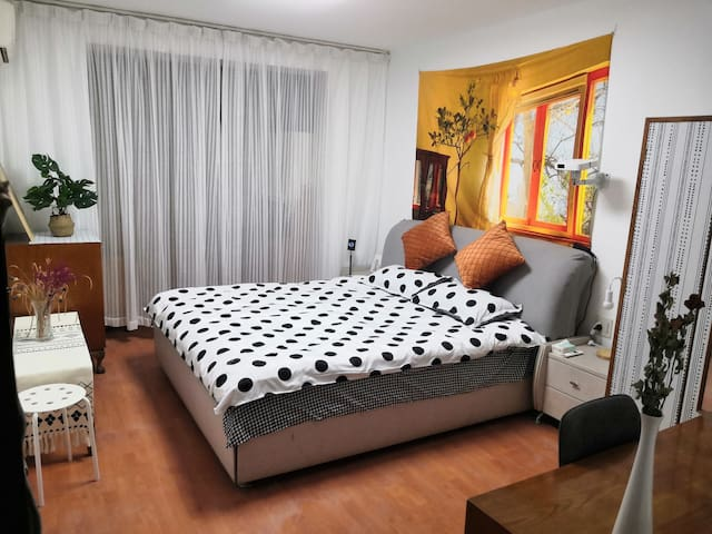 1.8米豪华席梦思大皮床,极米Z6无屏电视,三门大衣橱、写字台等全套实木家具,设计师作品。