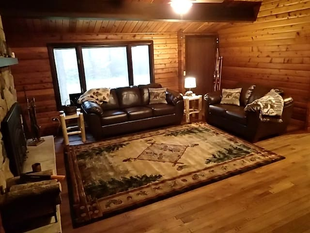 Cozy, Secluded Log Home - Wausau - Huis