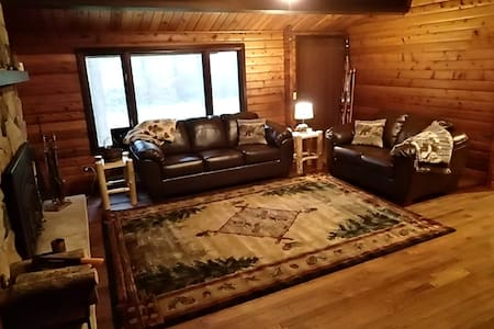Cozy, Secluded Log Home - Wausau