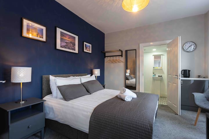 Beautiful DOUBLE en-suited room at Queens Quarter