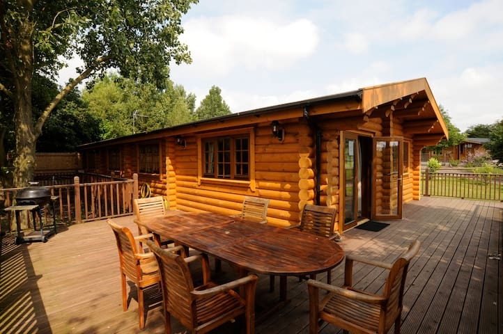 Augusta - large self catering cabin with hot tub - Suffolk - Chatka w górach