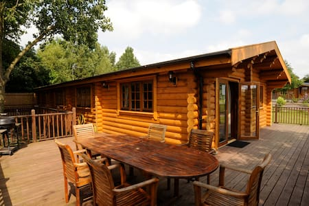Augusta - large self catering cabin with hot tub - Suffolk - Almhütte