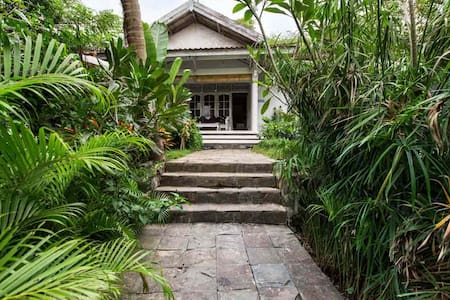 3 bedroom villa with pool close to everything - Kuta