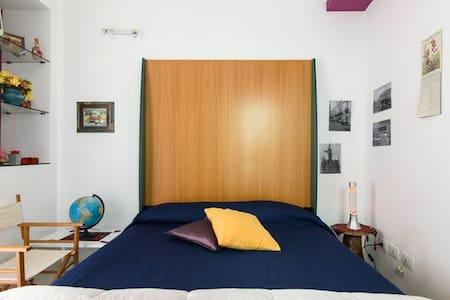 stanza con bagno letto matrimoniale - Syrakus - Schlafsaal