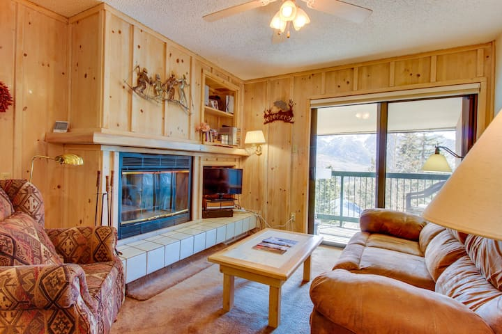 Cozy mountain condo w/ views & shared hot tub - walk to the slopes!
